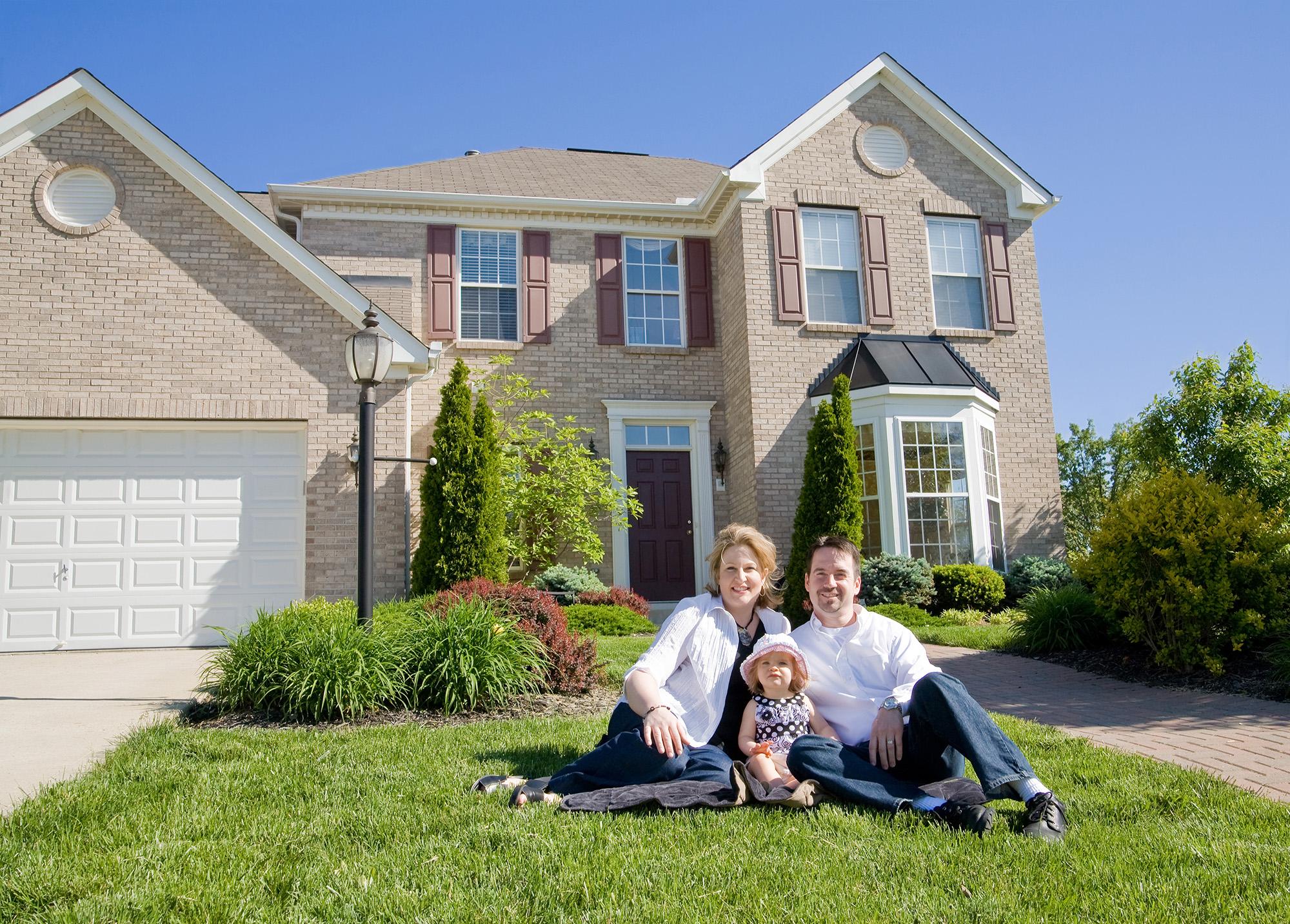 картинки семьи на фоне частного дома или бумагокручение